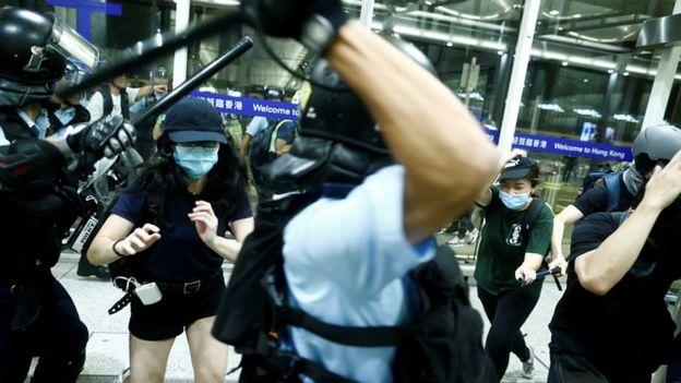 پلیس روز سه شنبه در چند مورد با معترضان درگیر شد و تلاش کرد به زور آنها را متفرق کند