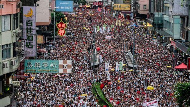 با آنکه پلیس میگوید تعداد معترضان تظاهرات روز یکشنبه حدود ۲۴۰ هزار نفر بوده، اما برگزارکنندگان آن تعداد معترضان را بیش از یک میلیون اعلام کردهاند