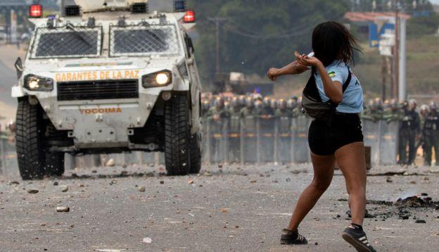 Con piedras, los manifestantes se enfrentaron a las fuerzas de seguridad que no permitían el paso de la ayuda humanitaria.