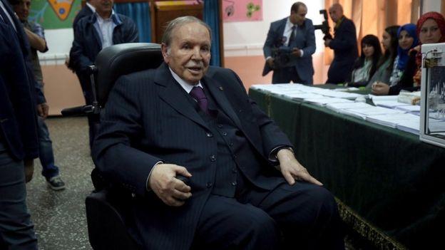 El presidente Bouteflika en silla de ruedas en un puesto de votación en Argel