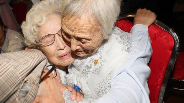 2018년 8월 금강산에서 열린 이산가족 상봉 행사 첫날 남측의 조혜도(86)씨가 북측의 언니 조순도(89·오른쪽)씨를 만나 부둥켜안고 있다