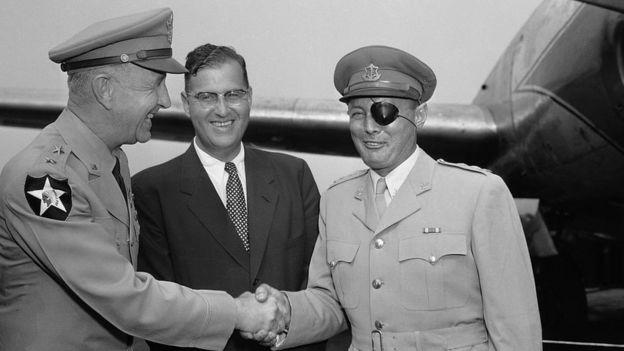 Bộ trưởng quốc phòng Israel Moshe Dayan (phải) bắt tay Thiếu tướng Robert Young của Hoa Kỳ
