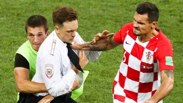 """Forcejeo entre el """"intrusor"""" y el jugador croata."""