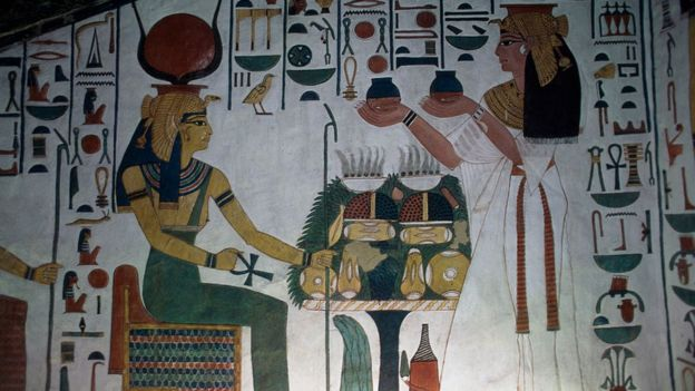 الملكة نفرتاري التي يعني اسمها جميلة الجميلات وهي تتعبد للإله