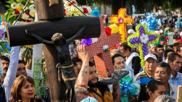 Personas marchando en un evento religioso