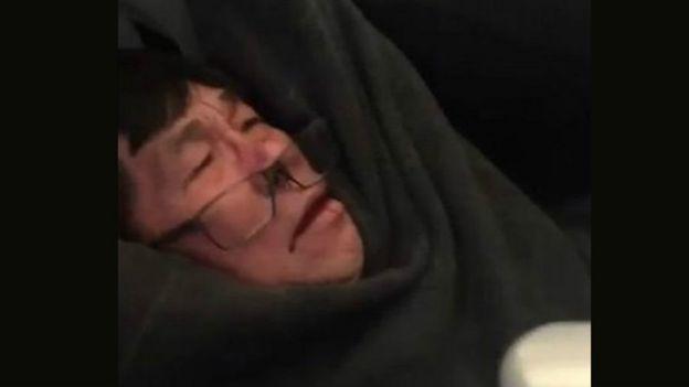 Pasajero sacado a la fuerza de un vuelo de United.