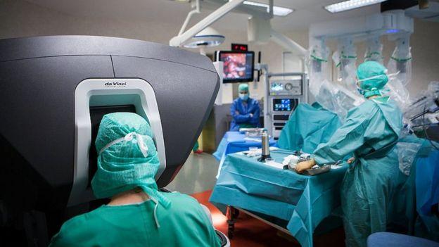 operating theatre during a hysterectomy using the da Vinci robot¬. The surgeon steers the robot from the console.