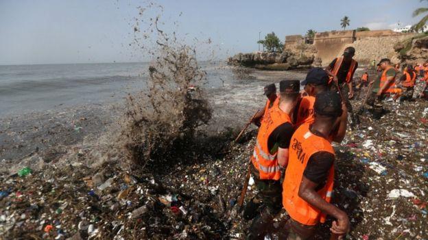 Trabajadores recogiendo basura en el Malecón de Santo Domingo, República Dominicana.
