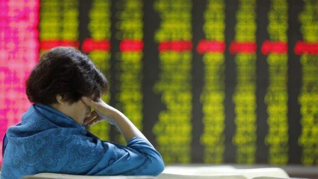 一名中国股民眉头紧锁