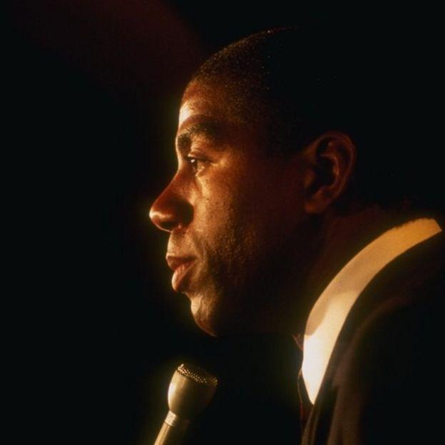 """""""Magic"""" Johnson durante la rueda de prensa en la que anunció que había contraído VIH."""