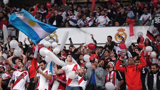Seguidores del River Plate en el estadio Santiago Bernabéu de Madrid