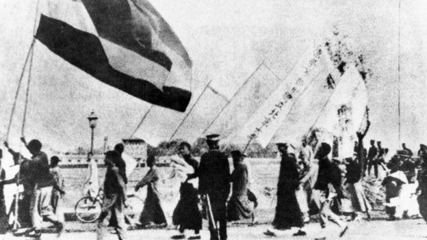 1919年,北京大学的学生举着条幅游行