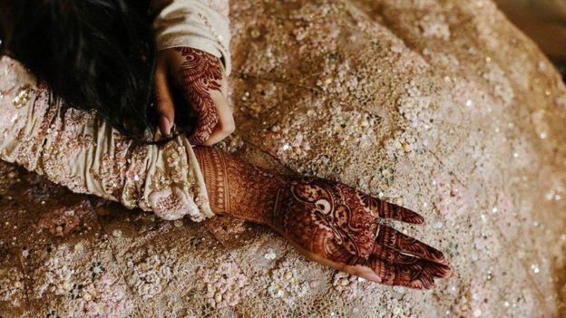 Mano pintada con henna