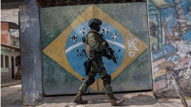 Militar participa de operação no Rio de Janeiro