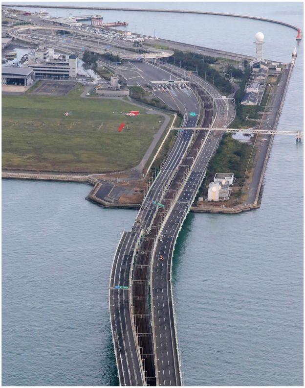 """素有""""關西國門""""之稱的關西機場,降下激烈豪雨,隨後對外聯絡的橋樑一邊更被漂流船隻給撞斷,只能單邊通行。"""