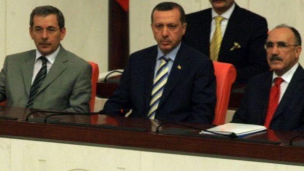 2007-ci ildə o vaxtkı prezident Abdullah Gülün andiçmə mərasimini Abdüllatif Şener və o vaxtkı Baş nazir Erdoğan birlikdə izləyir