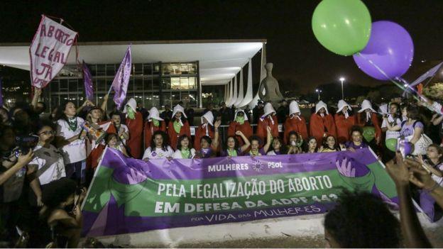 Manifestantes pró-aborto se vestem como personagens da série The Handmaid's Tale em frente ao STF