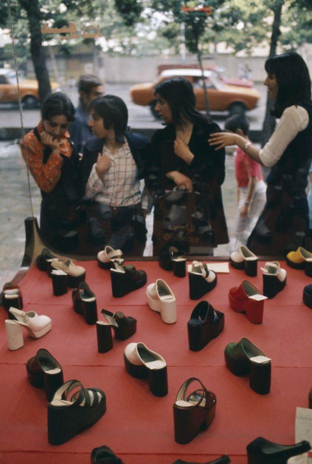 نساء أمام واجهة محل بيع أحذية 1976
