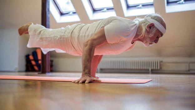 yoga yapan adam
