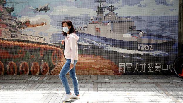 Mulher usando máscara em Taiwan
