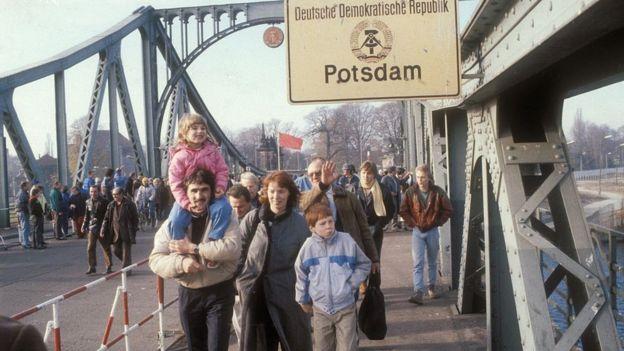 Berlineses del este cruzando la frontera tras la caída del Muro.