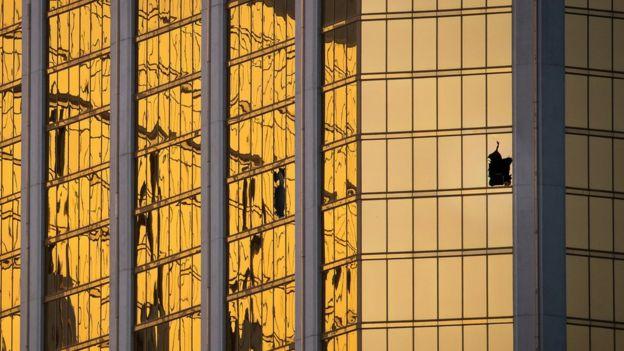 Ventana rota del Mandalay Bay Resort, desde donde el atacante de la masacre de Las Vegas disparó a la multitud