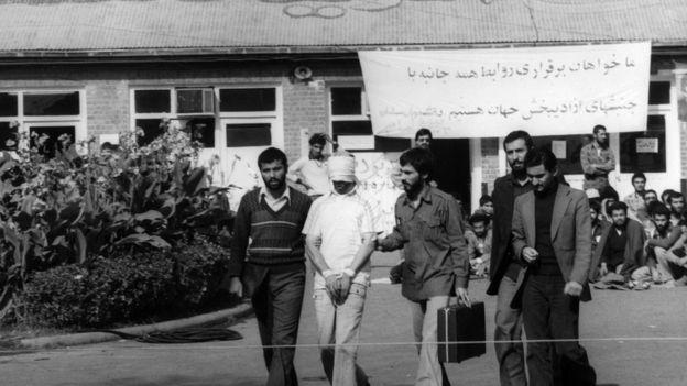 4 Kasım 1979'da ABD Büyükelçiliği'ndeki 66'sı Amerikan vatandaşı 90 kişi rehine alındı. 20 Ocak 1981'de iki tarafın anlaşmaya varmasıyla sona eren rehine krizi sırasında CIA'in rehineleri başarısız bir şekilde kurtarma operasyonu sırasında bir helikopter ve bir uçak büyükelçilik binasına çaptı, yanlışlıkla 8 Amerikalı hayatını kaybetti. Diğer rehineler farklı zaman dilimlerinde serbest bırakıldı.