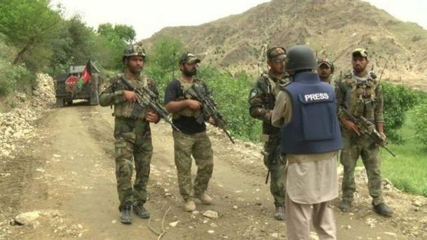 Forças afegãs com a equipe de reportagem da BBC