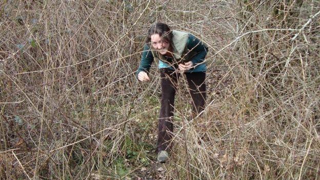 Caroline Aitken andando no meio do mato