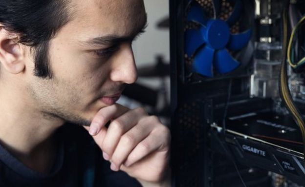 Abdelrhman Badr y su computadora