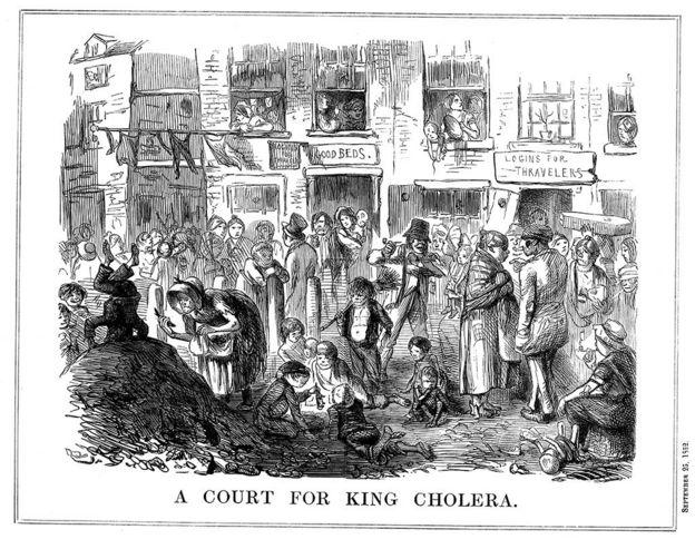 """""""Uma corte para o rei da cólera"""", diz esta ilustração feita em 1852, que descreve uma cena típica de condições superlotadas e insalubres nas favelas de Londres. A cólera apareceu pela primeira vez na Grã-Bretanha em 1831, e surtos ocorreram regularmente em Londres em meados do século 19"""