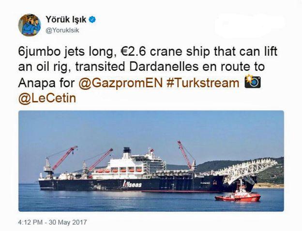 Un tuit de @YorukIsik sobre el tránsito del barco Pioneering Spirit