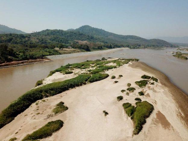 湄公河沿岸的泰國邊陲小鎮清康有個一公里長的沙洲。 那裏有著湄公河特殊的生態系統,許多鳥類在沙洲上產卵。