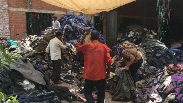 Dans l'usine Shankar Woolen Mills les vêtements sont triés selon leur couleur