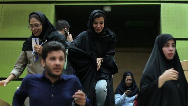 نساء ايرانيات داخل مبنى البرلمان لحظة وقوع الهجوم