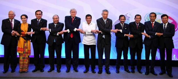 Президенты Трамп и Дутерте (в центре) и другие лидеры стран АСЕАН