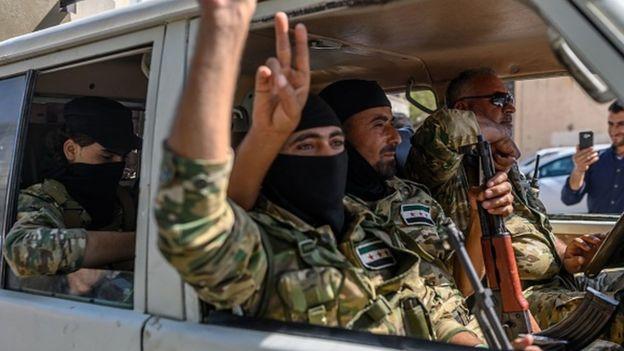 Suriyeli muhalifler, sınırdan Türkiye'ye girerek Akçakale'ye sevk edildi.