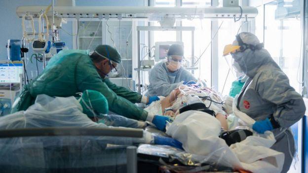 طاقم طبي يقدم المساعدة لمريض