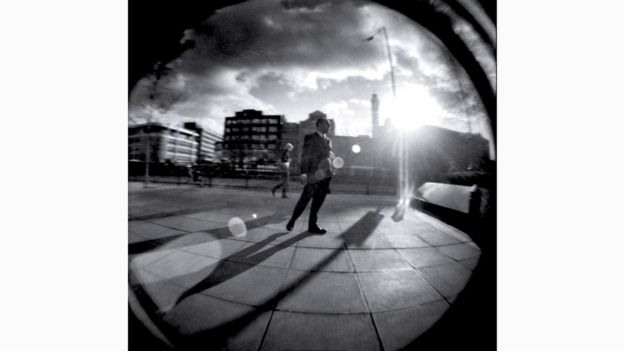 """Недостатки фотокамеры """"Хольга"""" часто называют причиной ее популярности у тех, кто ценит возможность получения странных, не похожих на реальность кадров"""