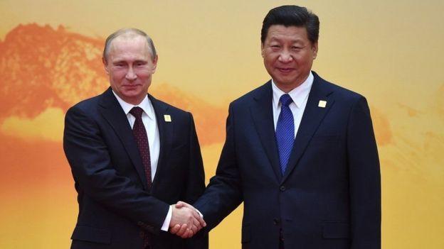 Tổng thống Nga Vladimir Putin bắt tay với Chủ tịch Tập Cận Bình