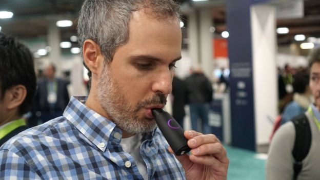 Un hombre usando el producto de Lumen.