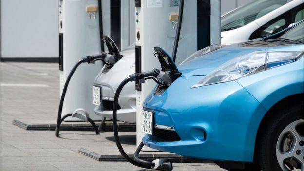 Autos eléctricos cargándose