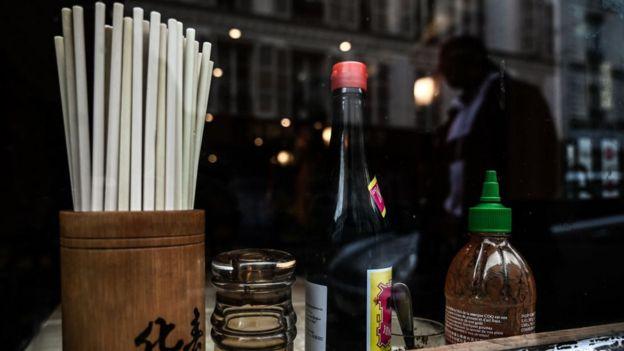 'Tại một số nhà hàng, nhiều người khách đã chần chừ, bỏ đi khi thấy trong restaurant có mặt thực khách da vàng.'