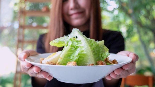 أصحاب البشرة المصابة بالحبوب يعانون بالفعل من مشكلات نفسية قد تتطور لديهم ومن ثم فلا فائدة من مطالبتهم بالكف عن تناول أنواع محددة من الطعام