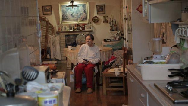 Ana duduk di kursinya di dapur.