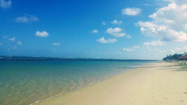Na praia da Lagoa do Pau, em Coruripe, após publicação de fotos das manchas, praia ficou deserta nesta sexta-feira (11)