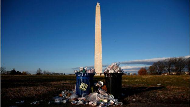 政府關門期間,華盛頓國家廣場前的垃圾桶無人清理。