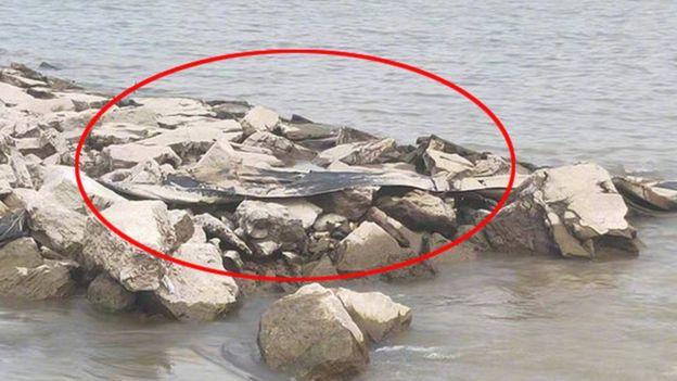 Pedaço de tecido encontrado sobre rochas