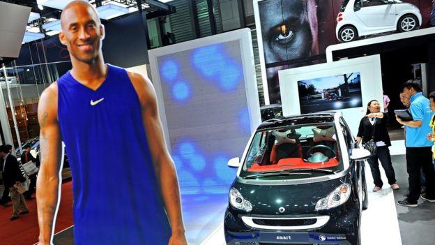 一家汽車製造商在上海的車展中,以布萊恩特的紙板圖片來宣傳