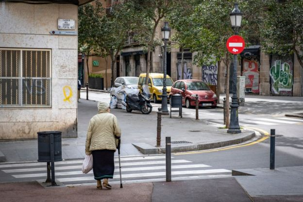 Mujer mayor en caminando en calle en España